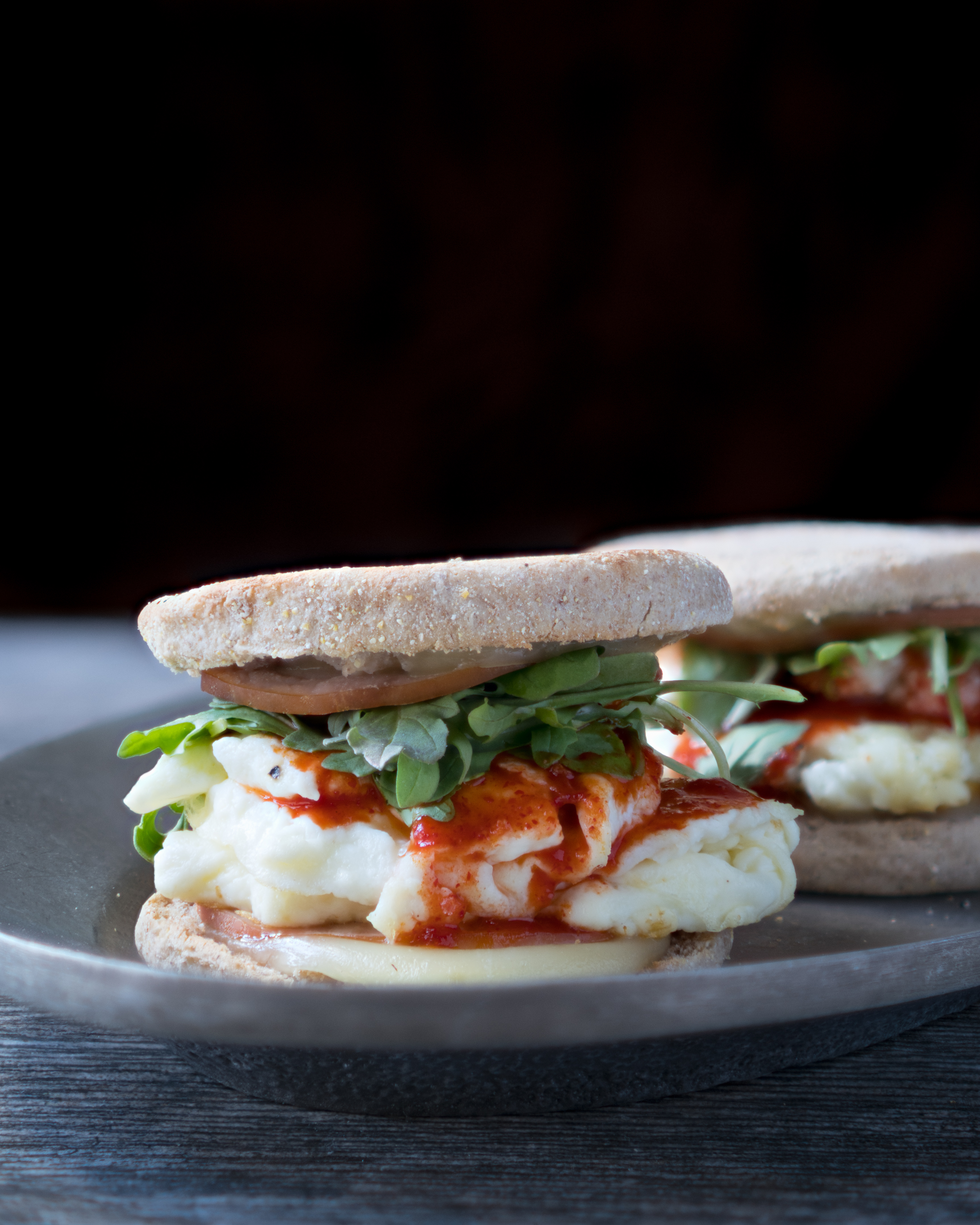 10 Minute Breakfast Sandwich – Healthy recipe for a 10 Minute Breakfast Sandwich! Using fluffy egg whites, melted cheese, lean Canadian bacon, a dash of hot sauce, and fresh arugula on a toasted whole wheat English muffin. High protein, low fat and macro-friendly ♥ | freeyourfork.com