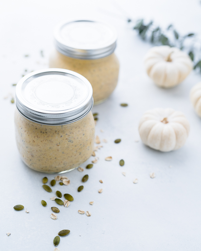 Pumpkin Pie Overnight Oats – Easy, healthy recipe for Pumpkin Pie Overnight Oats! A high-protein, high-fiber breakfast with Greek yogurt + pumpkin purée + pumpkin pie spice. ♥ | freeyourfork.com