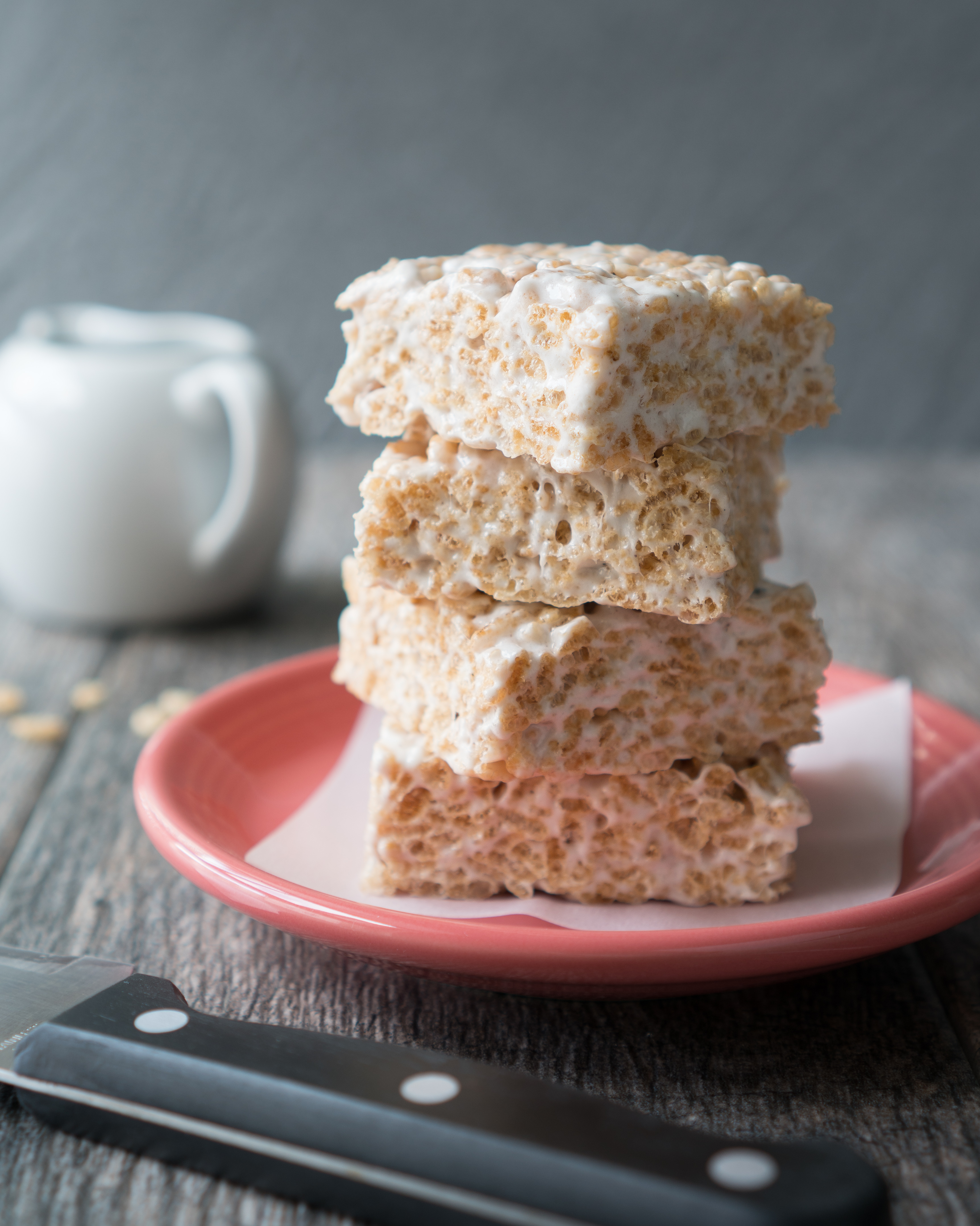 Cardamom Rice Krispie Treats – Simple recipe for Cardamom Rice Krispie Treats, gluten-free & vegan friendly. You'd never know that these use coconut oil instead of butter & brown rice cereal. A twist on the classic gooey marshmallow square with vanilla, cardamom, cinnamon, and salt! ♥ | freeyourfork.com