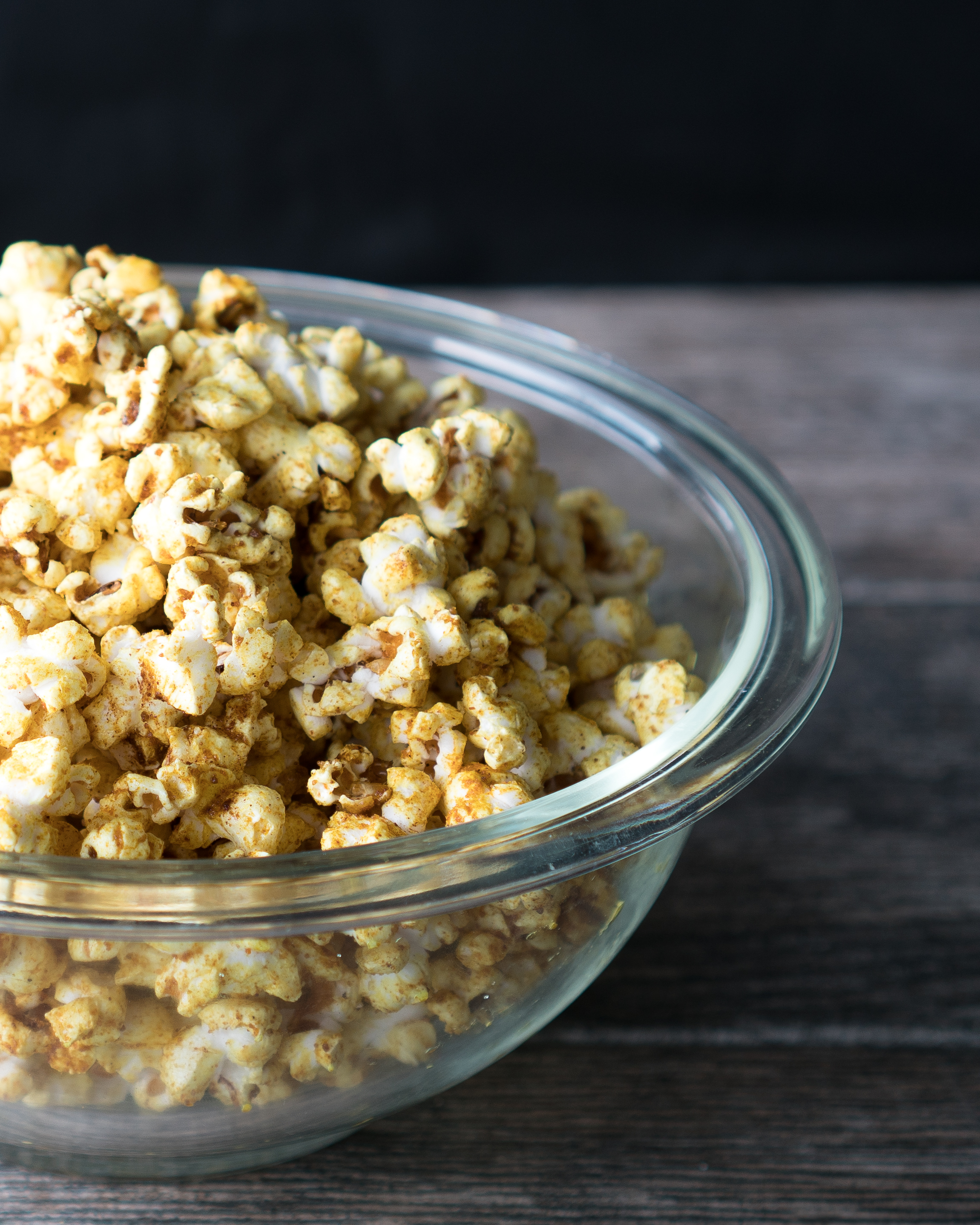 Sweet and Salty Curry Popcorn – Easy recipe for homemade Sweet and Salty Curry Popcorn. This gluten-free, vegan-friendly popcorn is spiced with curry powder, garlic powder, cinnamon, coconut sugar, and cayenne! Popped in coconut oil for a dose of healthy fats, this is perfect for at home movie nights or afternoon snacking! ♥ | freeyourfork.com