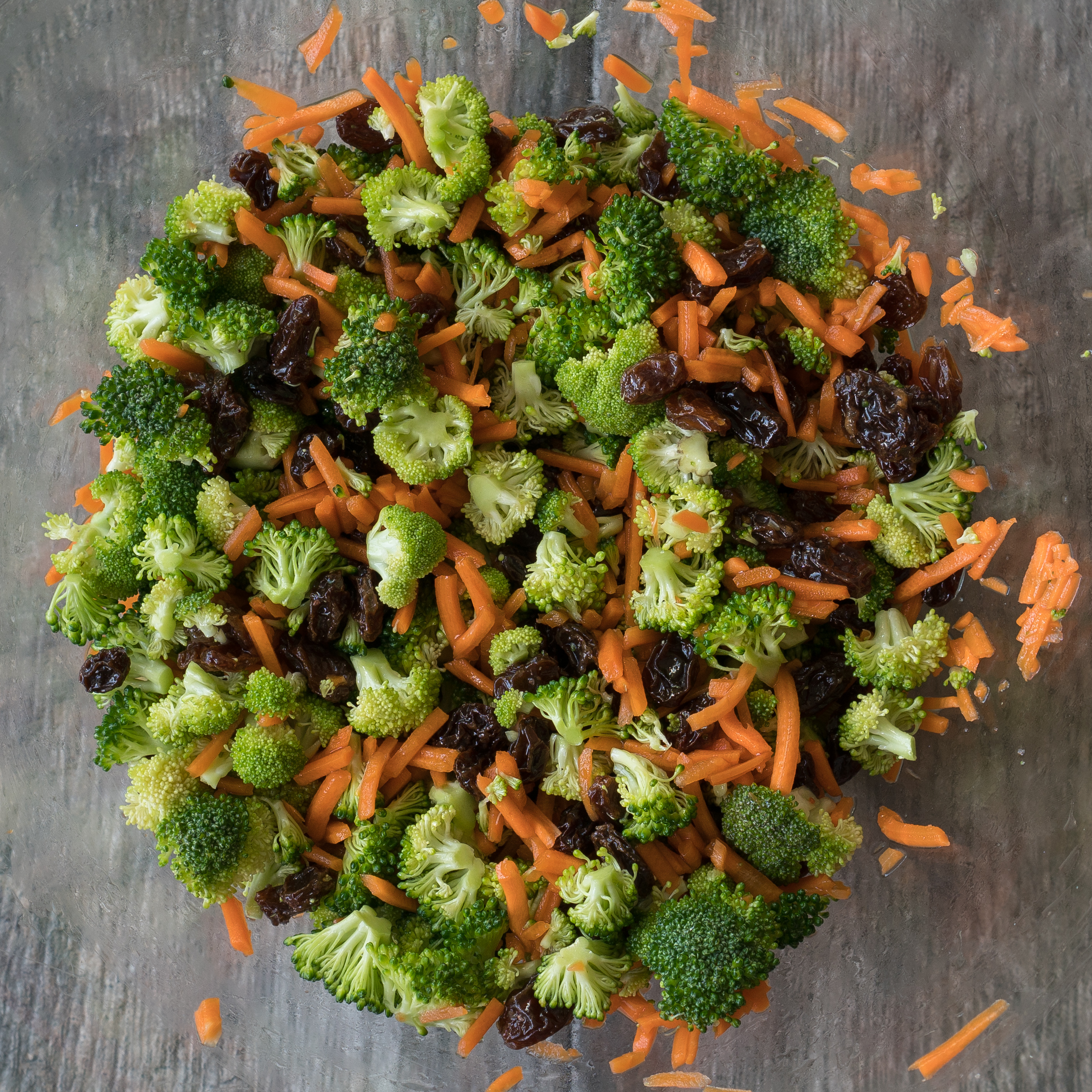 Broccoli Carrot Crunch Salad – Healthy 15-min recipe for Broccoli Carrot Crunch Salad! Trimmed broccoli florets, shredded carrots, sweet raisins, and sliced almonds. Dressed in extra virgin olive oil, golden balsamic vinegar, maple syrup, and a bit of salt! ♥ | freeyourfork.com