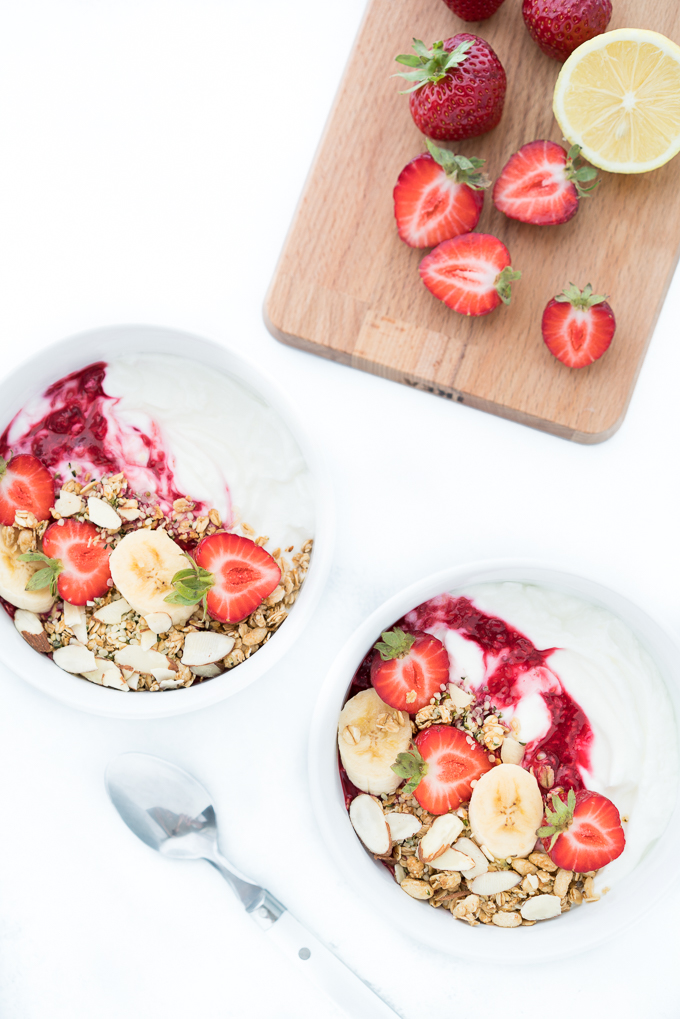 Greek Yogurt Breakfast Bowls – Healthy + 5-min recipe for Greek yogurt breakfast bowls. Topped with fresh fruit + crunchy granola. High protein + low sugar freeyourfork.com
